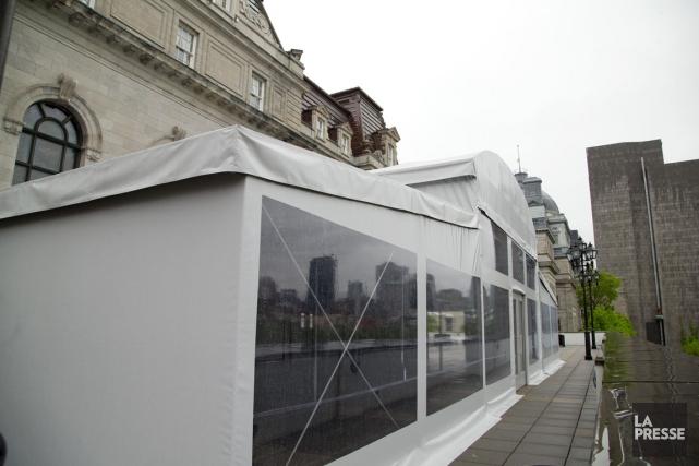 Le chapiteau derrière l'hôtel de ville de Montréal.... (Photo Alain Roberge, La Presse)