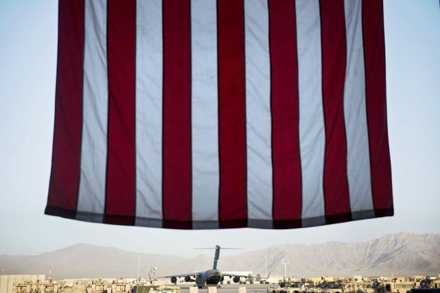 Un avion-cargo Boeing C-17 Glomaster III et des... (PHOTO BRENDAN SMIALOWSKI, ARCHIVES AFP)