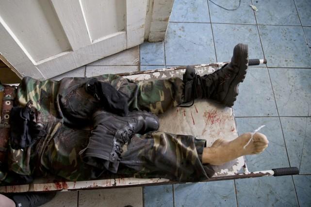 Le corps d'un rebelle prorusse, mort dans les... (PHOTO VADIM GHIRDA, AP)