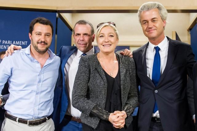 Marine Le Pen, entourée du Néerlandais Geert Wilders... (PHOTO GEERT VANDEN WIJNGAERT, AP)