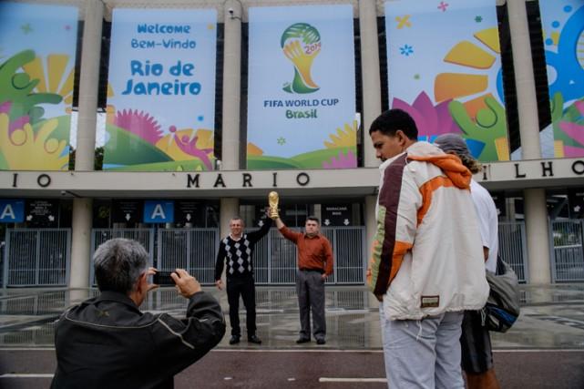 Des touristes vénézuéliens se prennent en photo devant... (Photo: AFP)