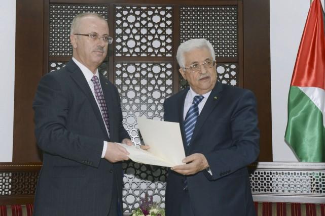 Le président palestinien Mahmoud Abbas (à droite0 a... (PHOTO THAER GHANAIM, REUTERS/PRÉSIDENCE PALESTINIENNE)
