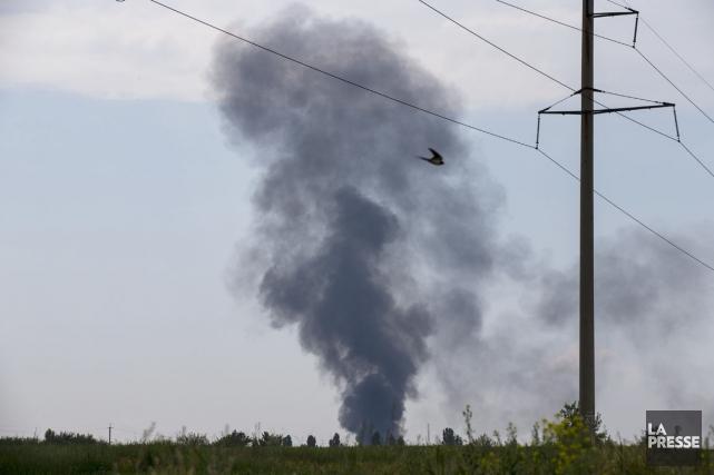 Une colonne de fumée noire s'élève du lieu... (PHOTO ALEXANDER ZEMLIANICHENKO, AP)