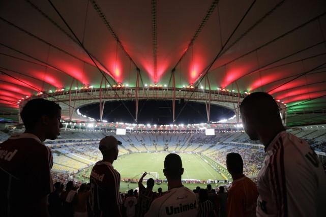 Des partisans regardent un match de championnat brésilien... (Photo: Reuters)