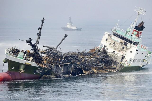 En milieu d'après-midi, des équipes d'urgence embarquées sur... (PHOTO AP/KYODO NEWS)