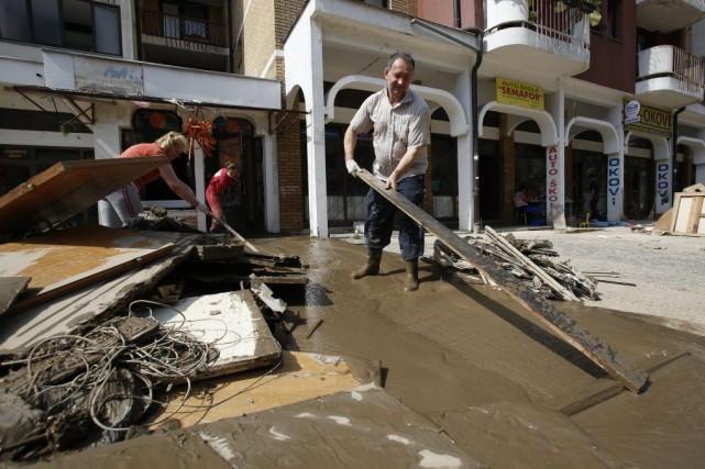 Un homme tente de nettoyer les dégâts causés... (Photo Amel Emric, AP)
