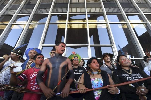 Des Autochtones de différentes ethnies bloquent l'entrée du... (Photo AFP)