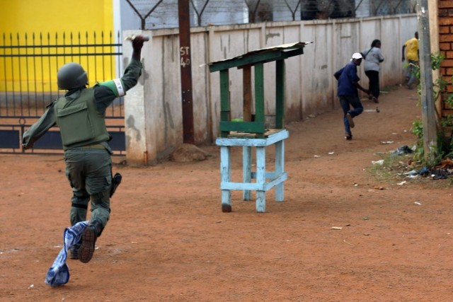 Un soldat de la MISCA jette une grenade... (Photo Jerome Delay, AP)