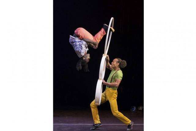 Sidney Bateman (dans les airs) et Melvin Diggs... (Photo: Roland Lorente, fournie par l'École nationale de cirque)