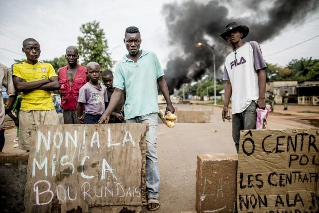 Plusieurs Centrafricains exigent le départ de certaines forces... (PHOTO MARCO LONGARI, AFP)