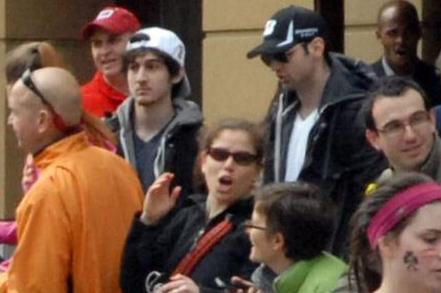 Dzhokhar Tsarnaev (avec la casquette blanche inversée) et... (PHOTO ARCHIVES ASSOCIATED PRESS)