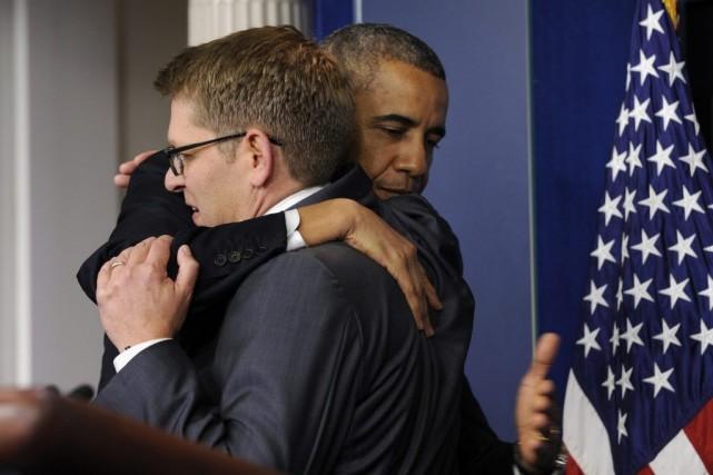Le président Barack Obama fait une accolade à... (PHOTO SUSAN WALSH, ASSOCIATED PRESS)