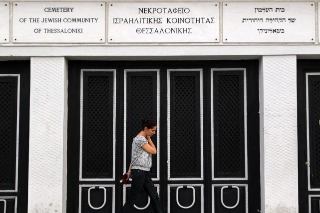 Douze tombes du cimetière ont été profanées.... (Photo Nikolas Glakoumidis, AP)