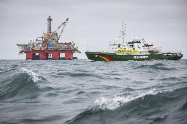 L'Esperanza, de Greenpeace, dans l'Arctique norvégien, à une... (Photo fournie par Greenpeace/Reuters)