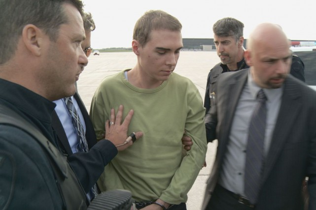 Luka Rocco Magnotta escorté par des policiers à... (PHOTO FOURNIE PAR LE SPVM)