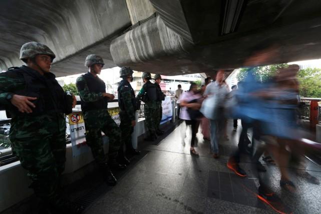 Des soldats thaïlandais montent la garde sur une... (PHOTO WASON WANICHAKORN, AP)