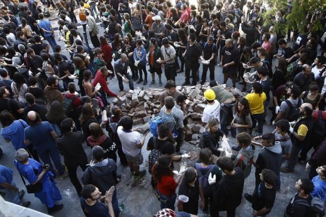 Dans la matinée, plusieurs centaines de personnes ont... (Photo QUIQUE GARCIA, AFP)