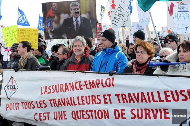 Des citoyens s'opposant à la réforme de l'assurance-emploi... (PHOTO ARCHIVES LE QUOTIDIEN)