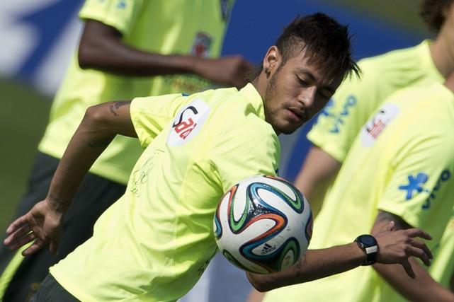 Neymar, l'attaquant-vedettede de l'équipe brésilienne, à l'entraînement dimanche.... (Photo: AFP)