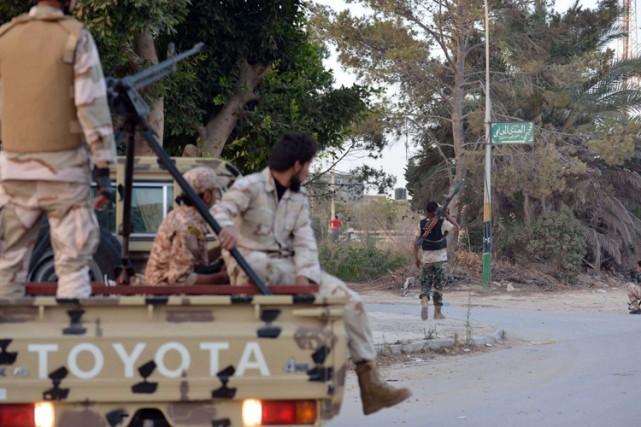 Des hommes des forces loyales au général Khalifa... (Photo: AFP)