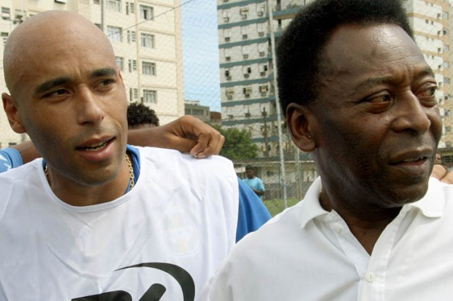 Edson Cholbi do Nascimento en compagnie de son... (Archives AFP)