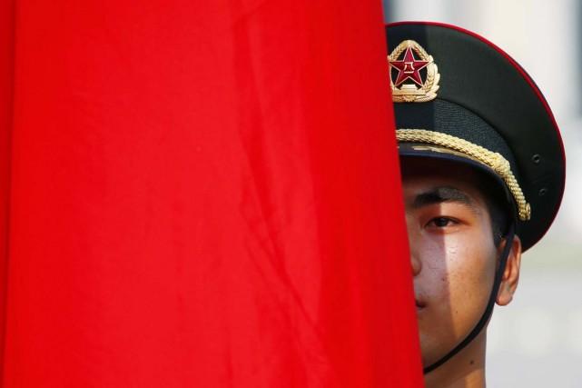 Un memberd e la Garde d'honneur est aperçu... (PHOTO PETAR KUJUNZIC, REUTERS)