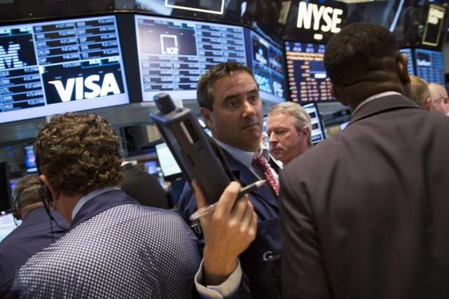 Le marché «baisse un peu en attendant toute... (BRENDAN MCDERMID)