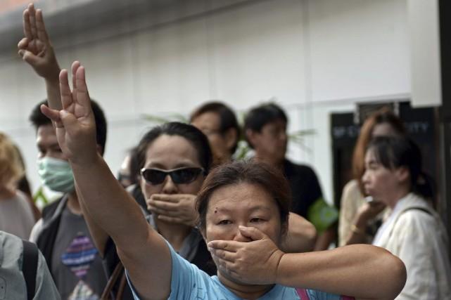 Les opposants au coup d'État militaire en Thaïlande, bravant l'interdiction de... (Photo: AFP)