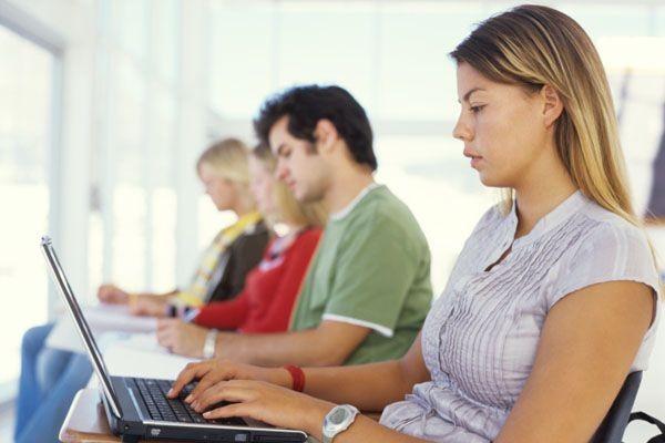 Lorsqu'ils embauchent de nouveaux employés, 60 % des... (Photos.com)