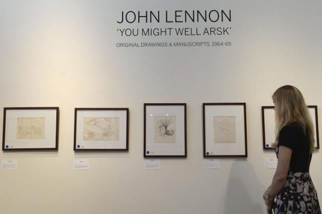Des dessins et manuscrits de John Lennon datant des années 60, souvent tendres... (Photo: AFP)