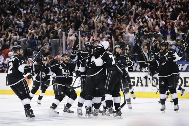 Les joueurs des Kings de Los Angeles célèbrent... (Photo Jae C. Hong, AP)