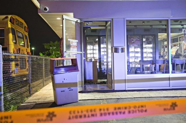 L'objet incendiaire a fracassé une fenêtre de l'établissement,... (PHOTO FÉLIX O.J. FOURNIER, COLLABORATION SPÉCIALE)