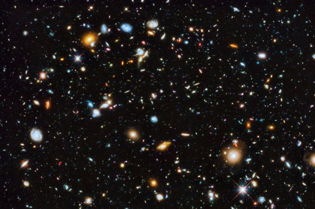 Croquée par Hubble, cette photo de l'Univers montre... (Photo Agence France-Presse/ESA/Hubble)