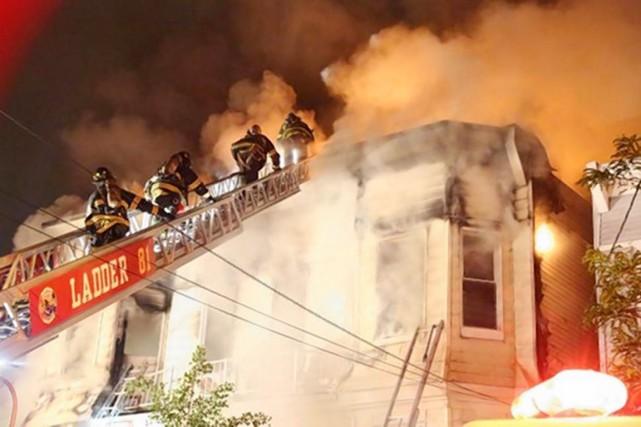 Parmi les 34 blessés, 23 sont des pompiers.... (IMAGE RYAN LEWIS/SILIVECOM/NYDAILYNEWS.COM)