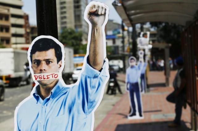 Un Lepoldo Lopez en carton, avec la mention... (PHOTO CARLOS GARCIA RAWLINS, ARCHIVES REUTERS)
