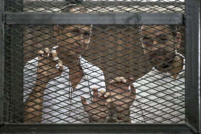 Deux journalistes d'Al-Jazeera, l'Australien Peter Greste (à gauche)... (PHOTO KHALED DESOUKI, ARCHIVES AFP)