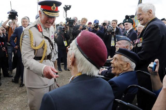 Le prince Charles, en grande tenue militaire,s'entretient avec... (PHOTO CHRIS HELGREN, REUTERS)