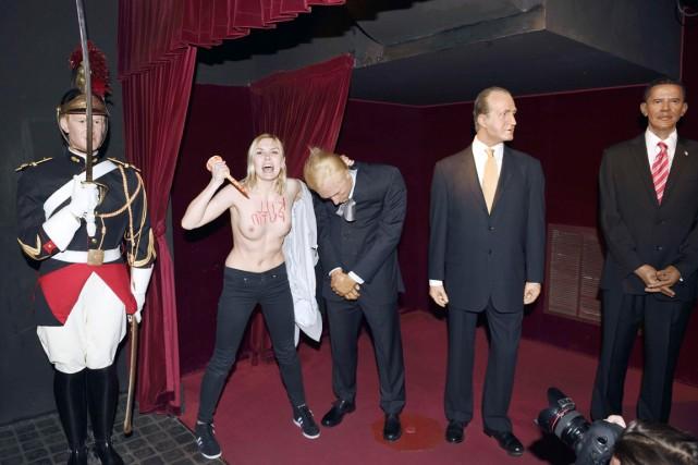 Une militante féministe Femen a détruit jeudi à... (PHOTO ÉRIC FEFERBERG, AFP)