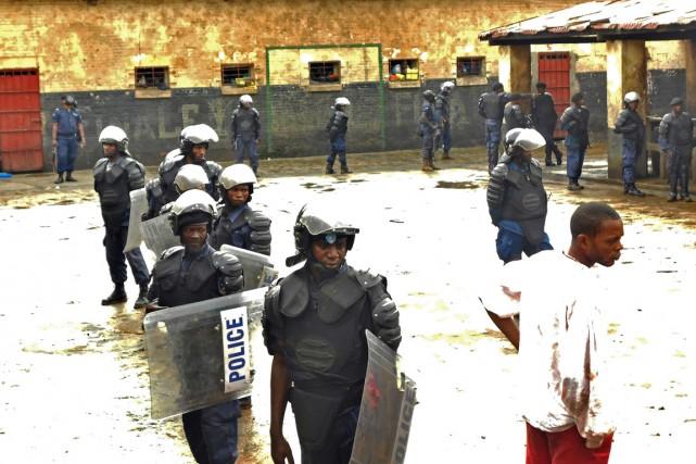 Des policiers antiémeutes prennent position dans la prison... (PHOTO ARCHIVES AFP/STRINGER)
