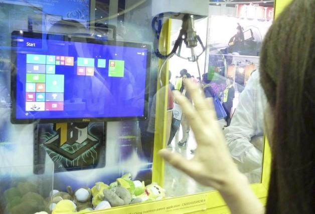 Au kiosque d'Intel au grand salon asiatique des... (PHOTO BENJAMIN YEH, AFP)