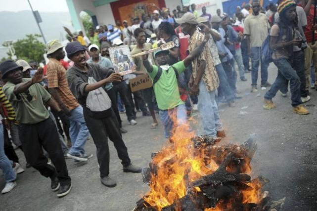 Des manifestants à Port-au-Prince, jeudi.... (PHOTO HECTOR RETAMAL, AFP)