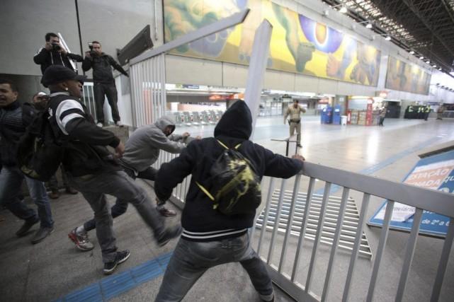 À Itaquera, la station de métro du stade,... (Photo Chico Ferreira, REUTERS)