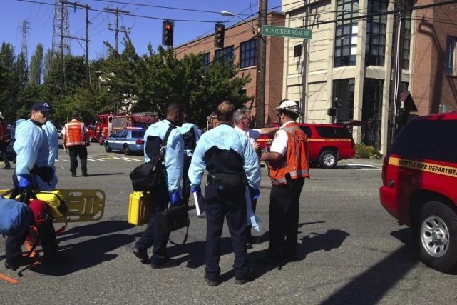 Les services d'urgence arrivent sur les lieux de... (Photo Dean Rutz, AP/The Seattle Times)