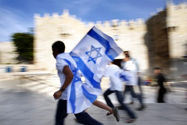 De jeunes ultranationalistes brandissent des drapeaux israéliens près... (PHOTO THOMAS COEX, ARCHIVE AFP)
