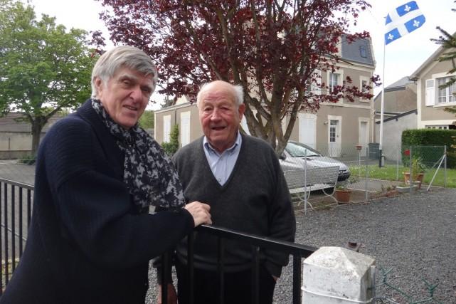 Alain Stanké rencontre un ancien combattant de Normandie... (Photo: fournie par ICI RDI)