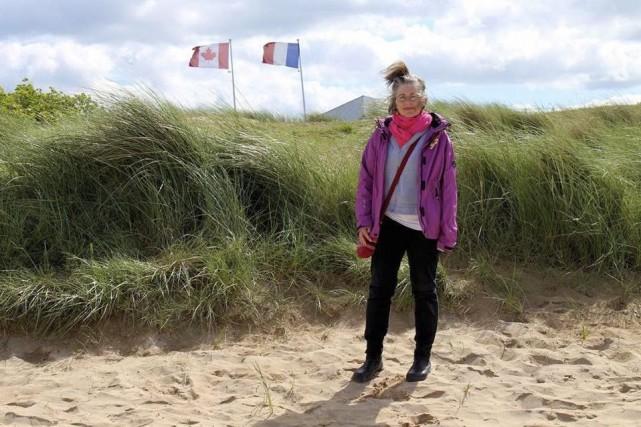 Julia Mackey sur la palge de Juno Beach... (Photo: La Presse Canadienne)