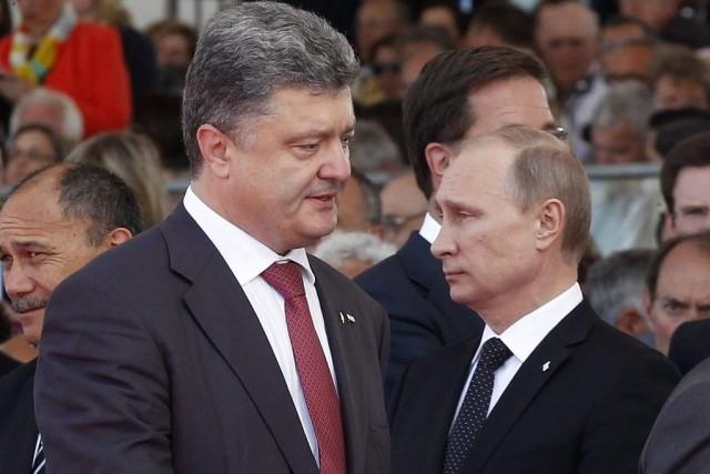 Les présidents russe (à droite) et ukrainien, à... (PHOTO CHRISTOPHE ENA, AP)