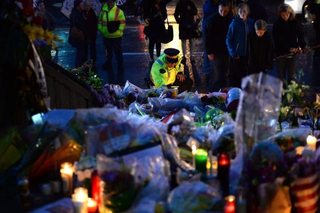 Des centaines de personnes ont tenu une veillée aux chandelles vendredi soir... (Photo Sean Kilpatrick, La Presse Canadienne)