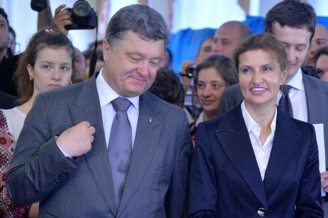 Le nouveau président Petro Porochenko en compagnie de... (PHOTO SERGEI SUPINSKY, AFP)
