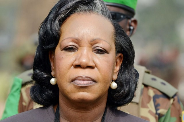 La présidente de transition Catherine Samba Panza porte... (PHOTOISSOUF SANOGO, ARCHIVES AFP)